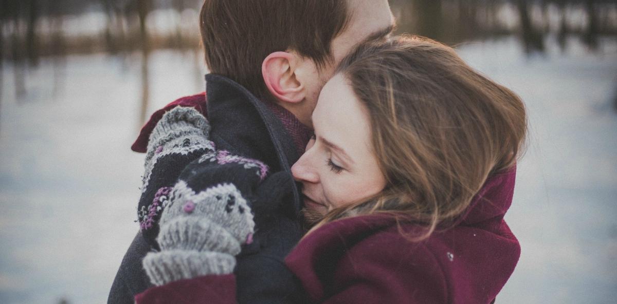 coppia che si abbraccia in inverno