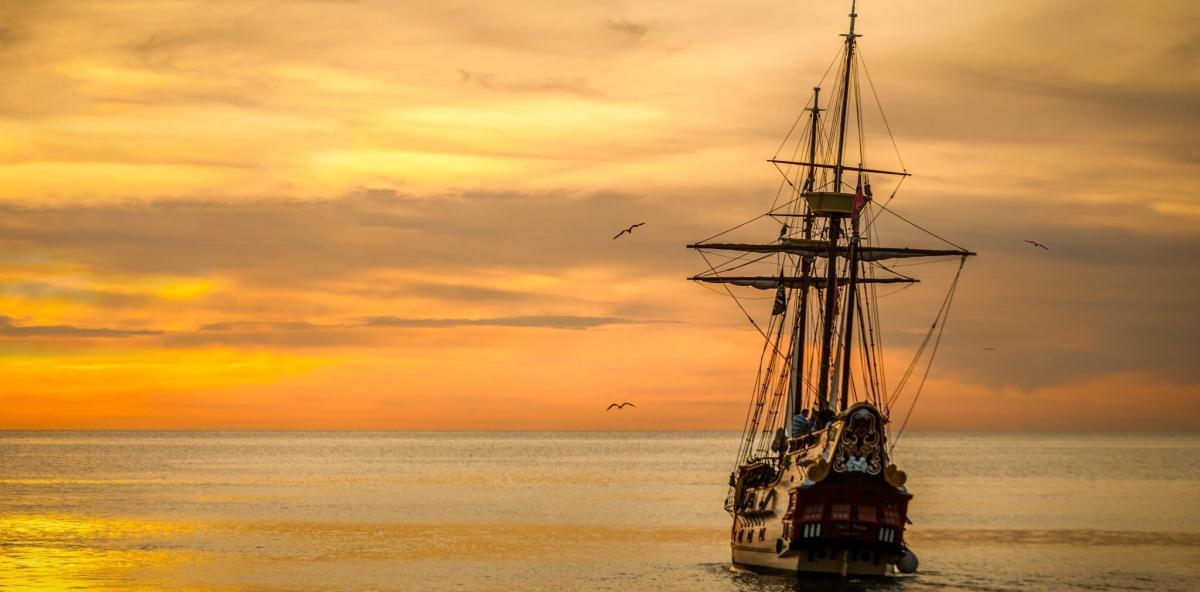 nave al tramonto attesa