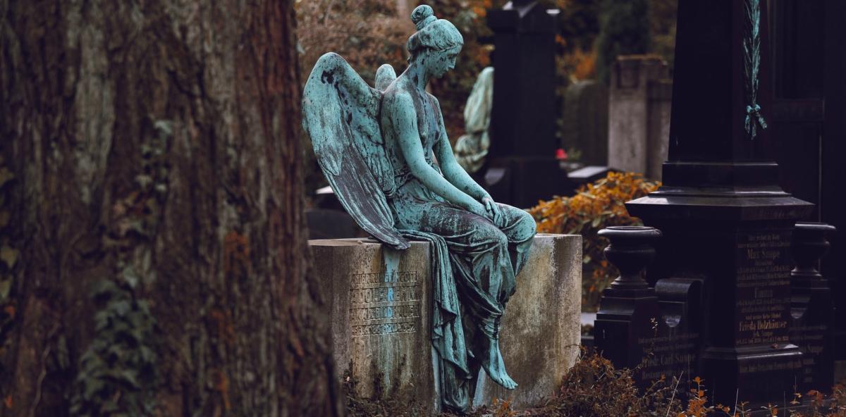 violenza famiglia vittime madre angelo statua cimitero lapidi